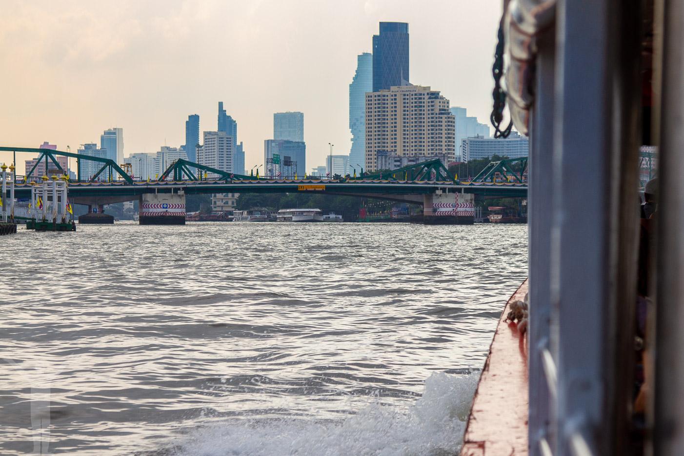 Skymning på Chao Phraya
