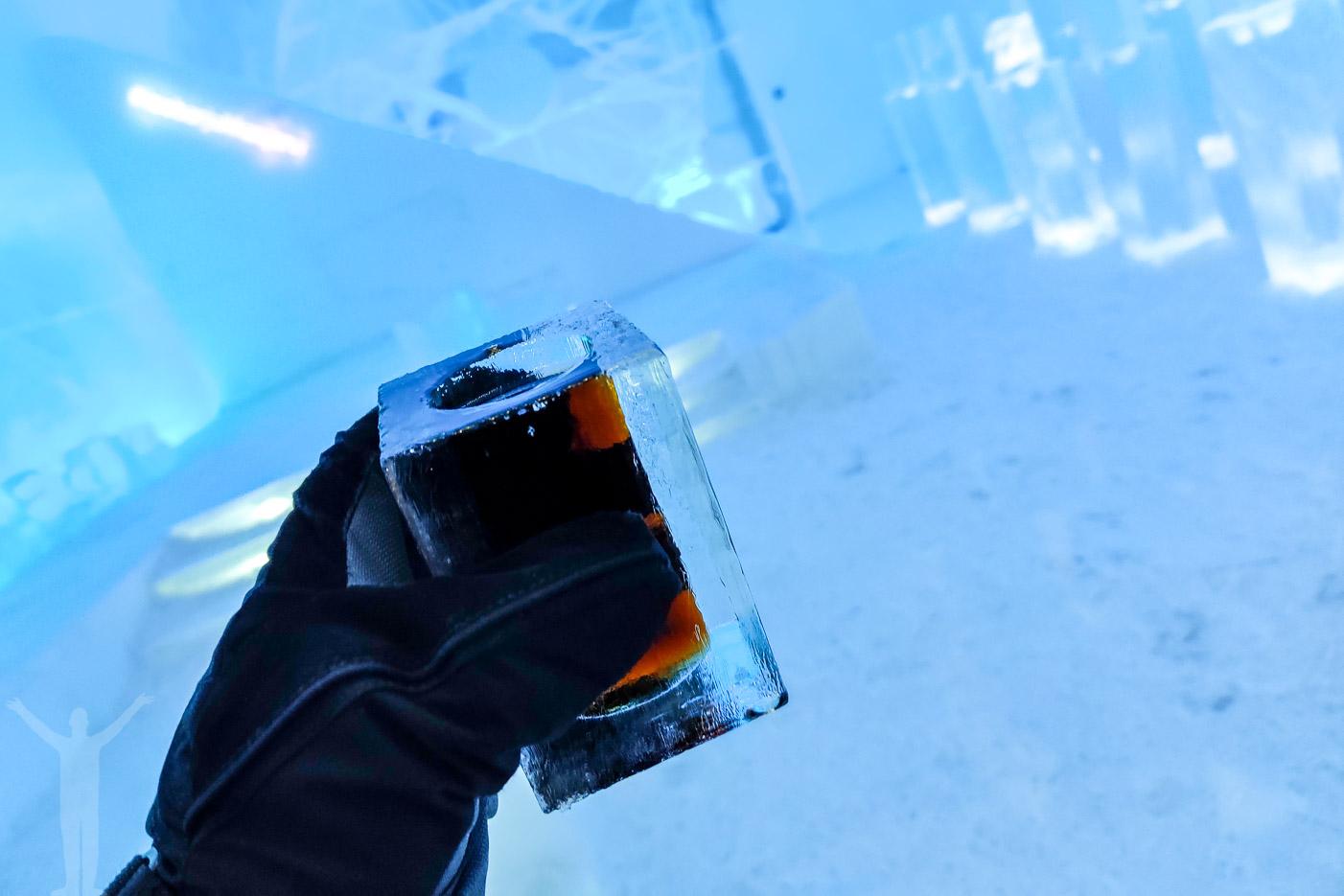 En drink i isbaren