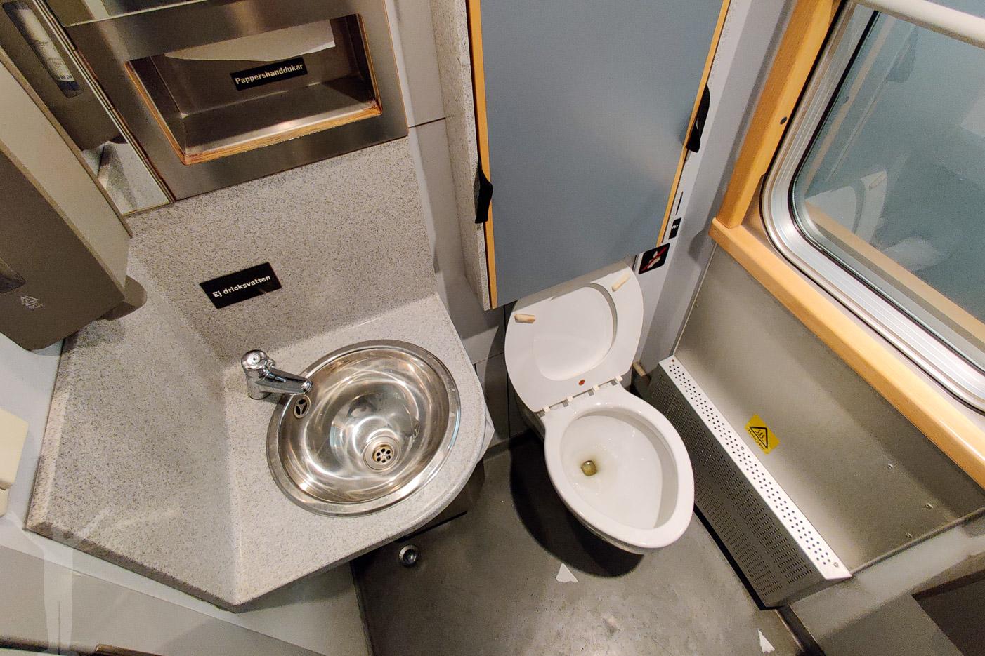 Delad toalett i korridoren