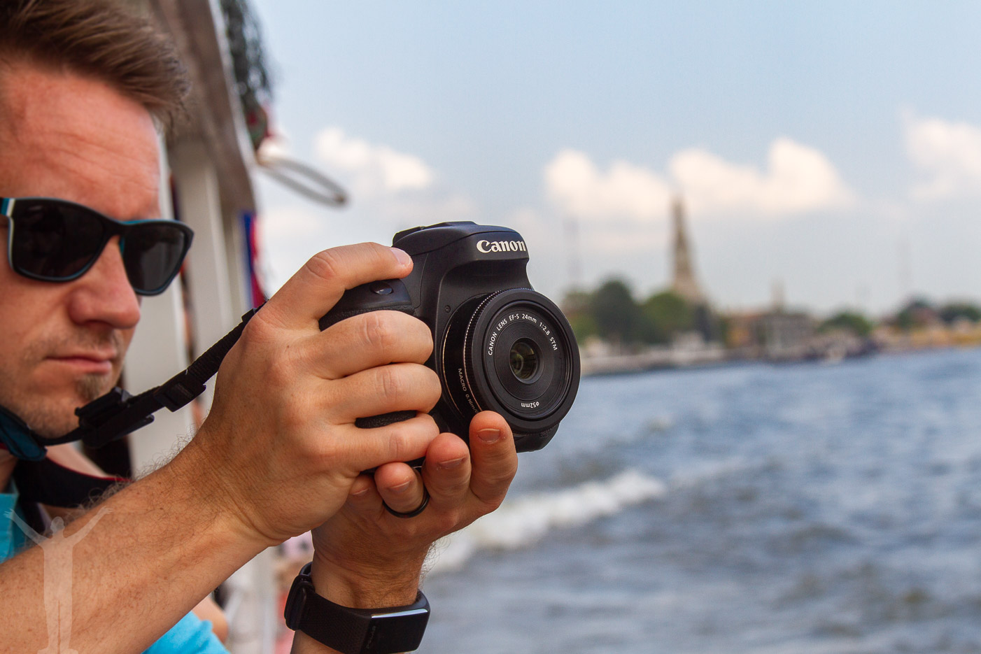 Tomi på flodbåt i Bangkok