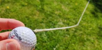 Golfbollen är fäst i en lina