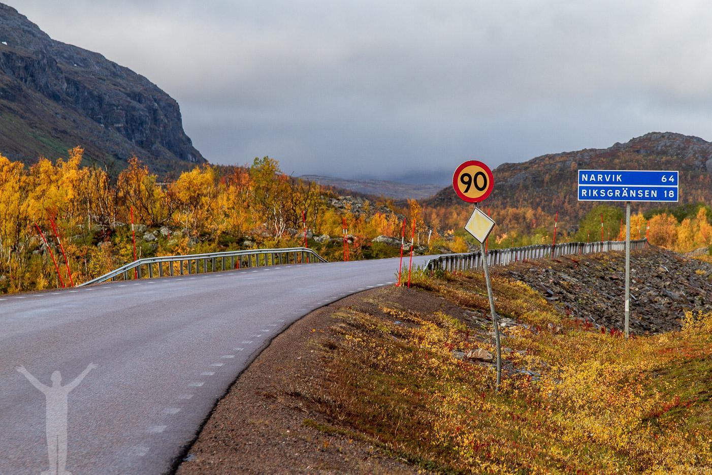 E10 genom ett höstfärgat Lapland