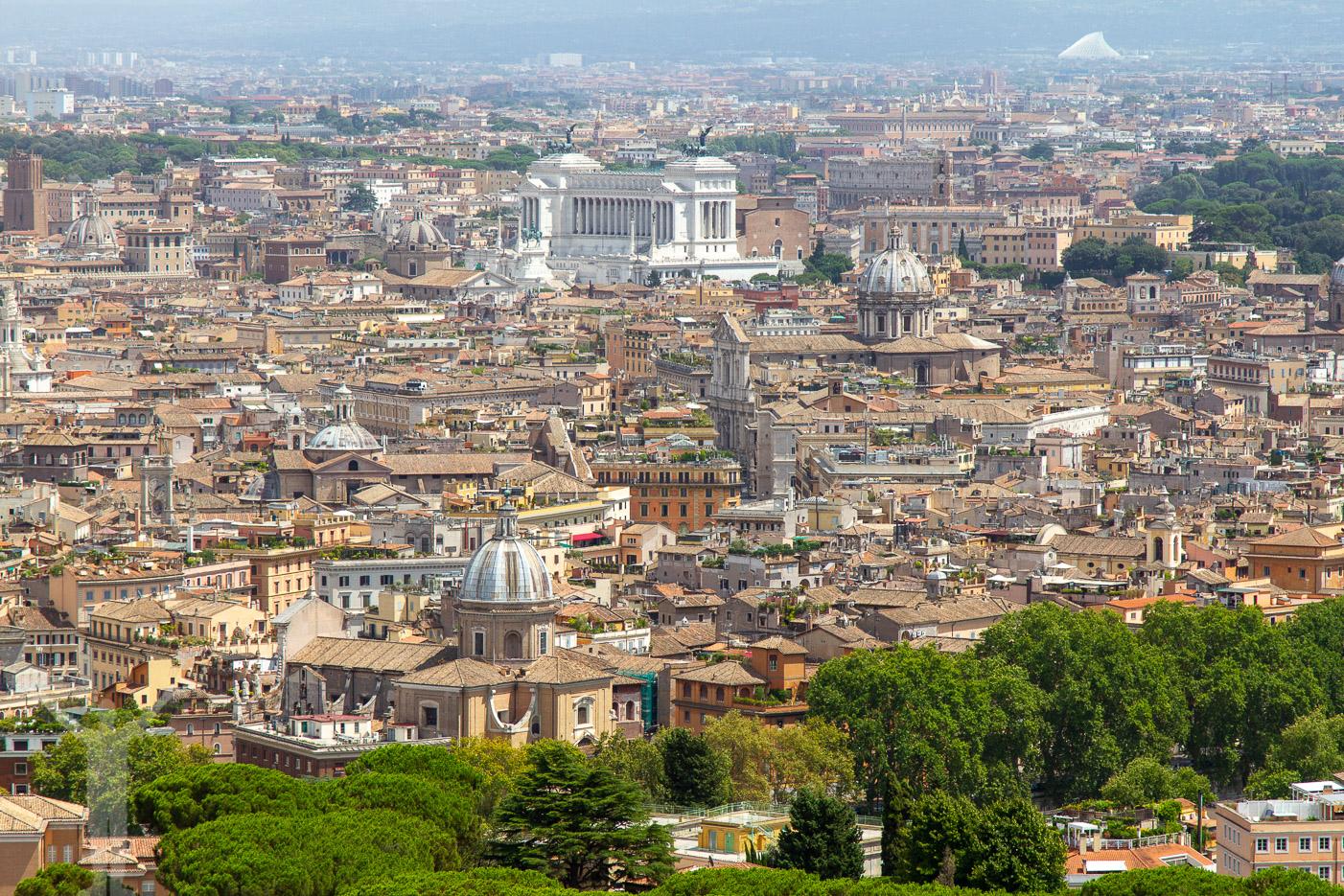 Utsikt från kupolen på Peterskyrkan - en av många fina utsiktsplatser i Rom