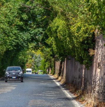 Mycket biltrafik på Via Appia Antica