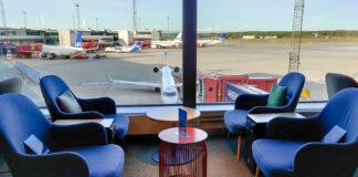 Fåtöljer med utsikt över flygplatsen