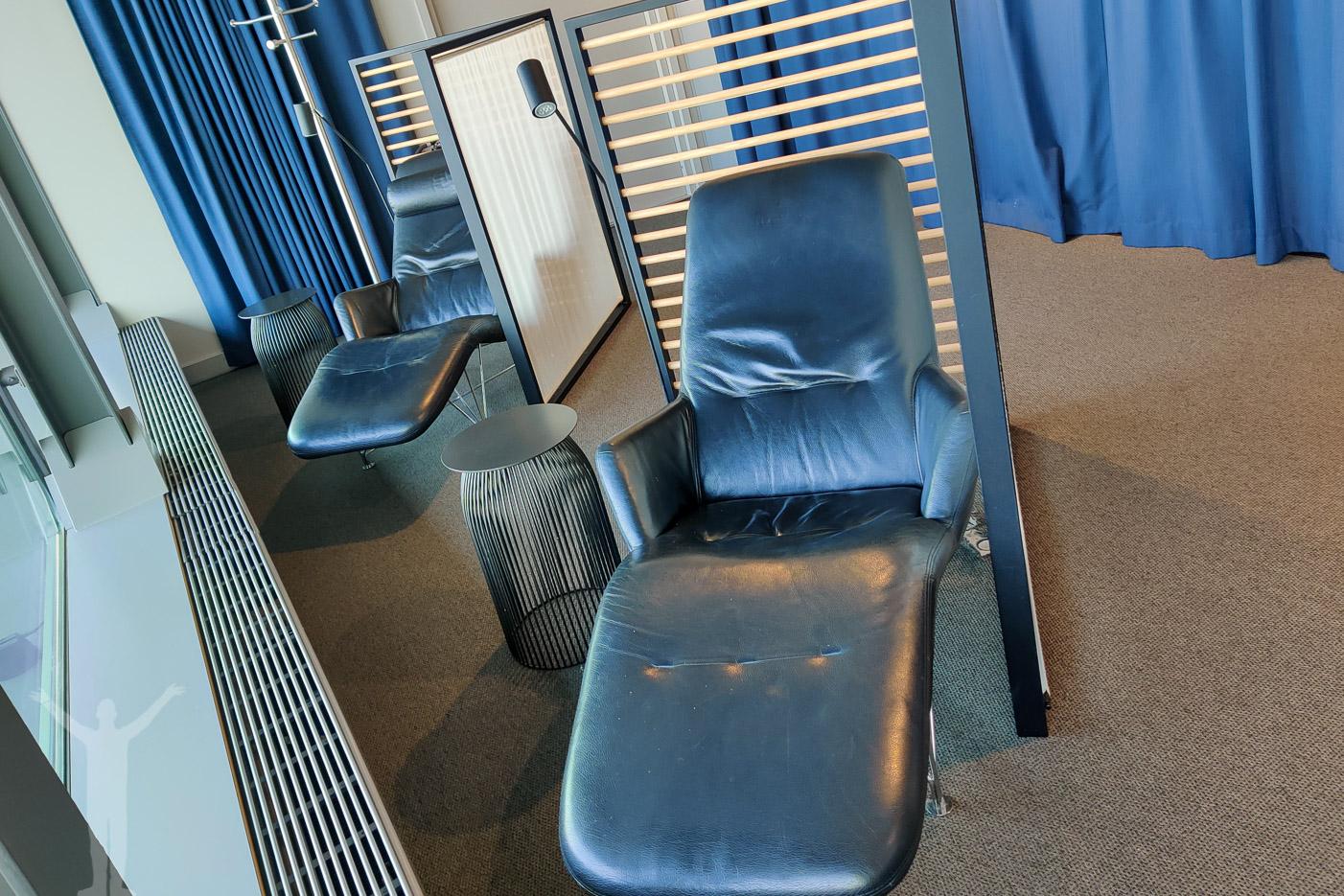 Vilostolar med utsikt över flygplatsen