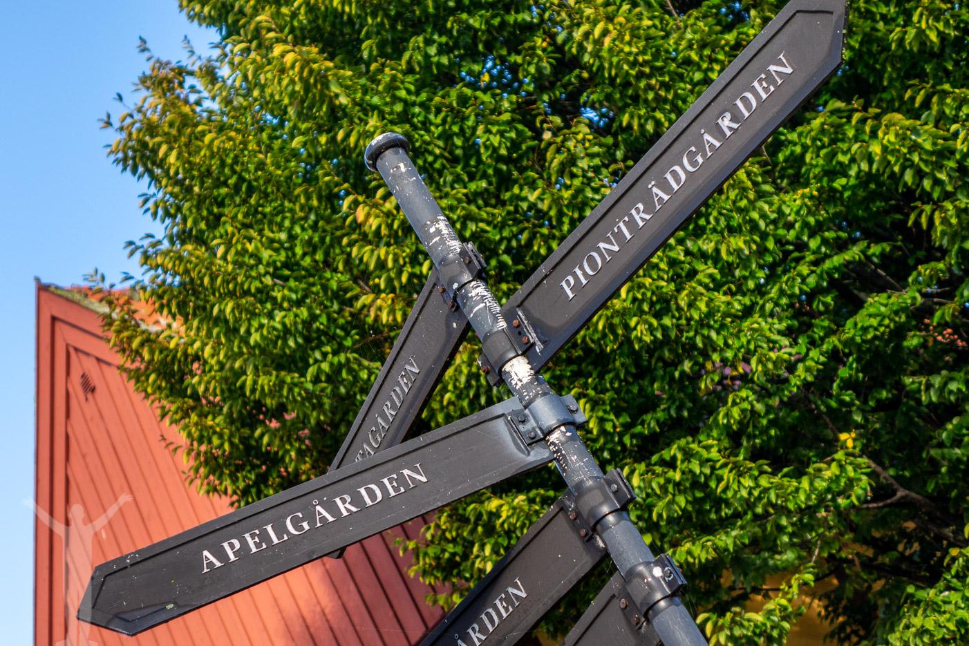 Skylt till olika platser i Ystad