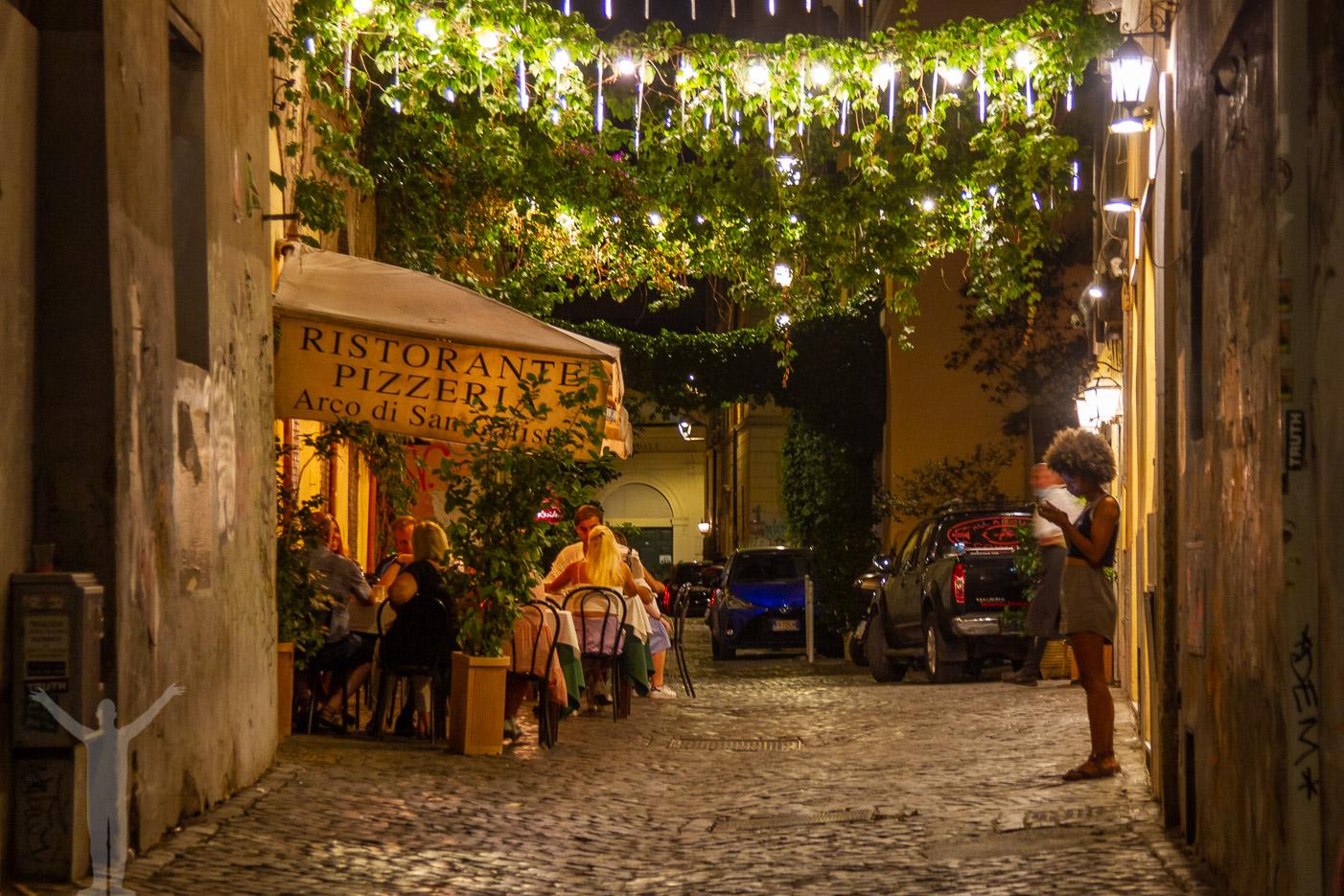 Mysig gränd i Rom på kvällen