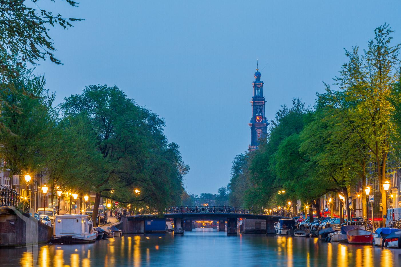 Gå på kvällspromenad i Amsterdam