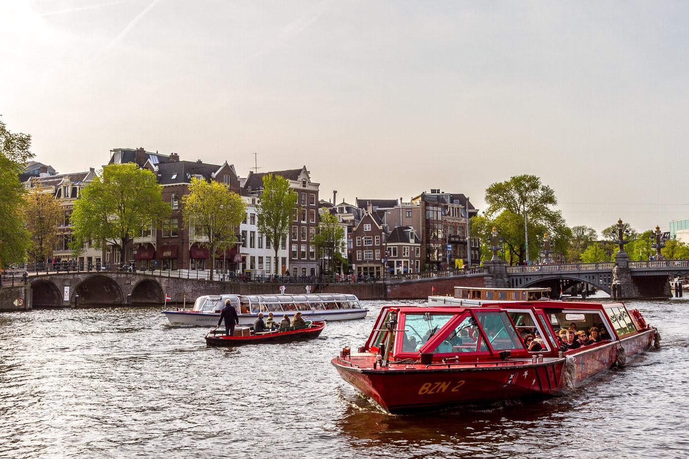 Åka kanalbåt - ett av många tips för Amsterdam