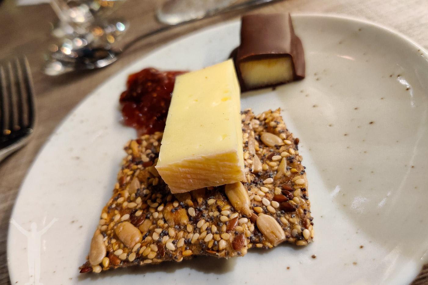 Lokala ostar med fikonmarmelad, fröknäcke & chokladtäckt hårdost