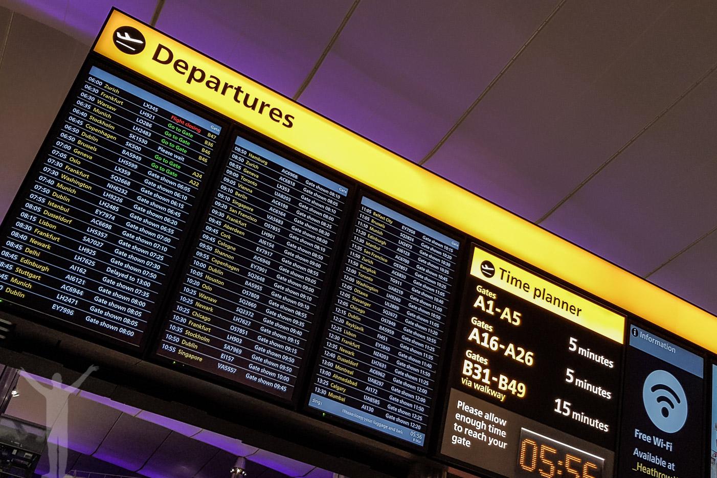 Avgångstavla på London Heathrow flygplats - International Civil Aviation Day