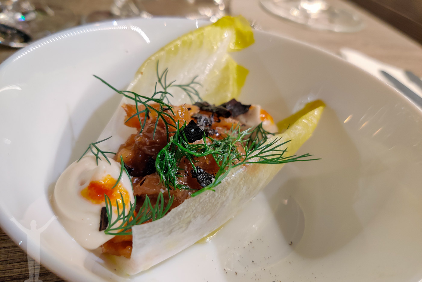 Sojagravad lax med lime-marinerad endivésallad, chiliemulsion, dillsmör och bränd purjolök