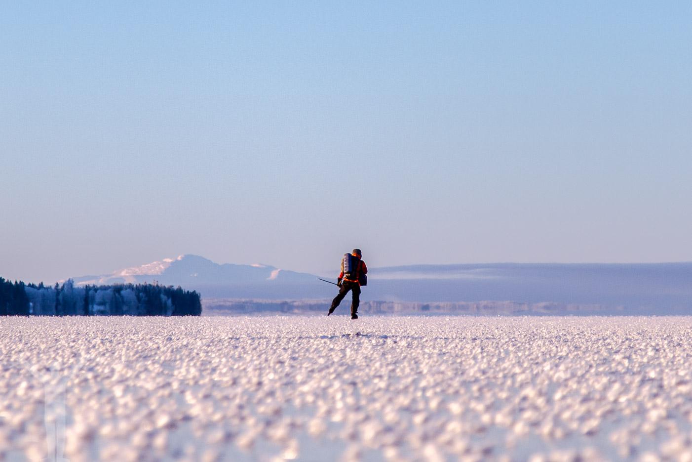 Långfärdsskridskor på Storsjön med Åreskutan i bakgrunden