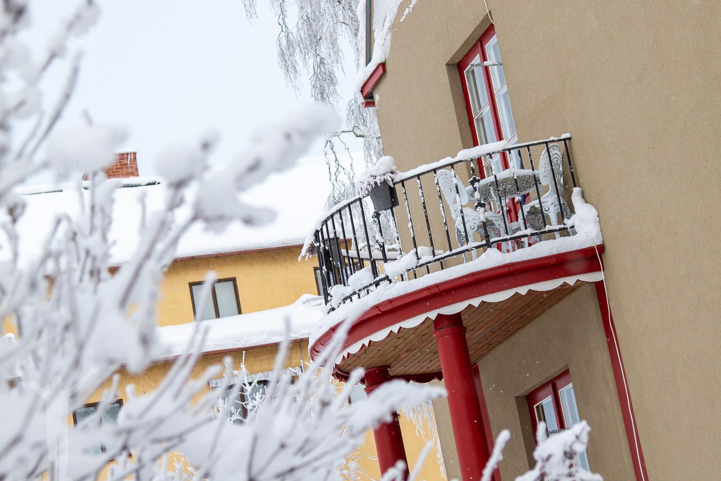 Snöklädd balkong i Östersund