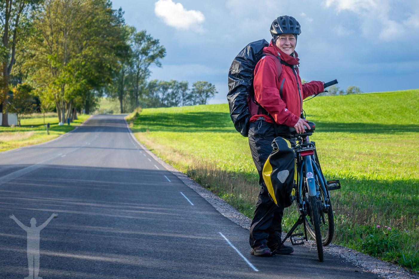 Maria cyklar elcykel på Sydkustleden.
