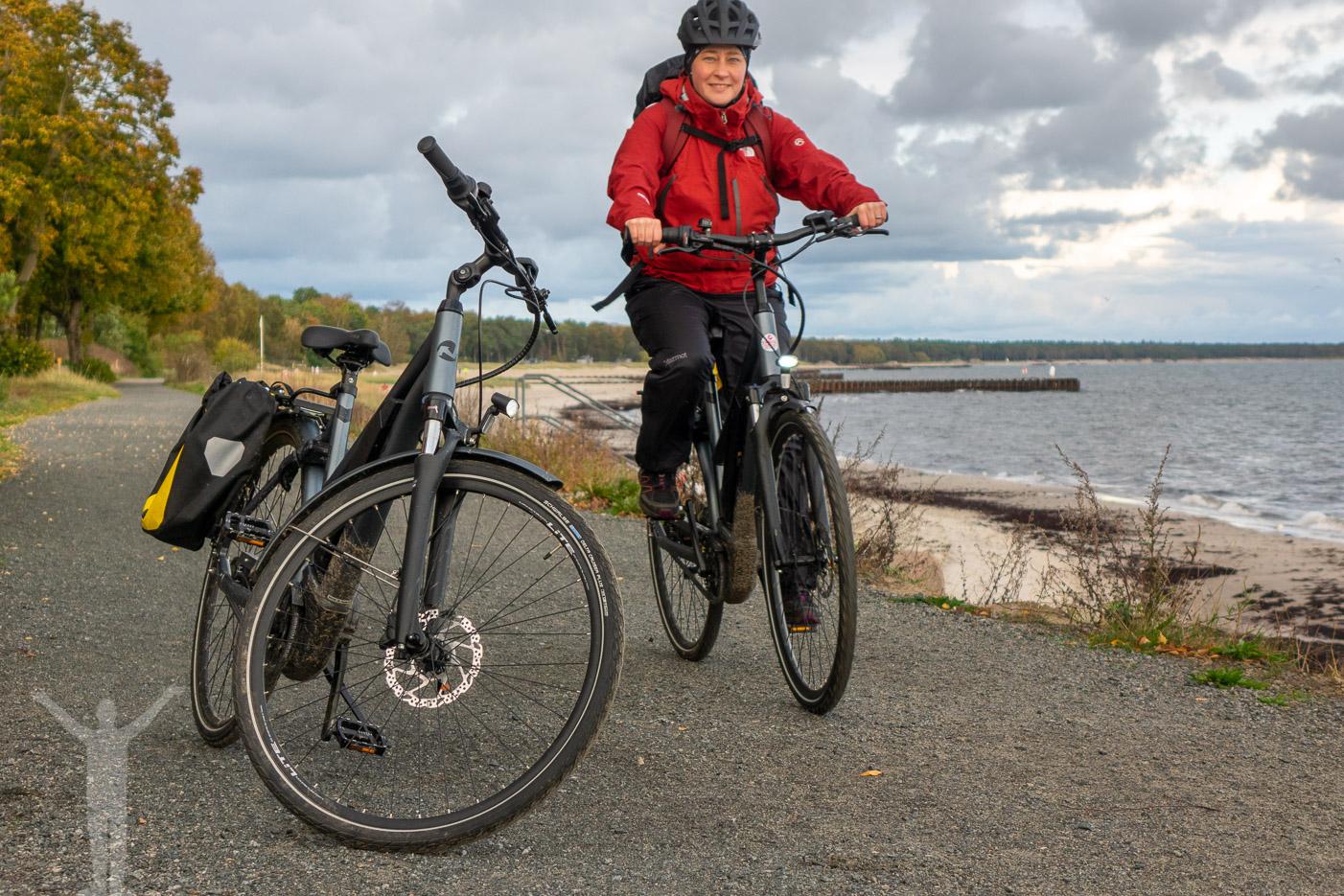 Maria cyklar Sydkustleden i Ystad