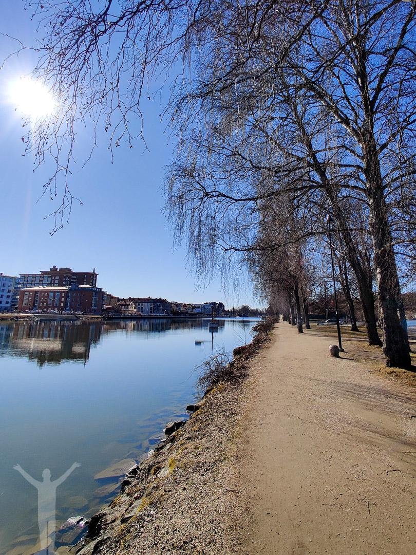 Vår och solsken längs kanalen i Trollhättan