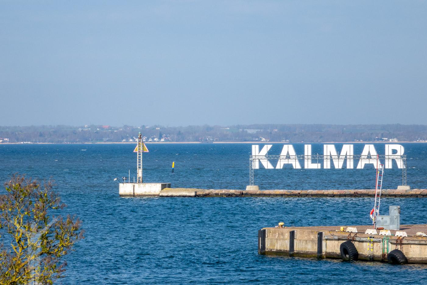 Fakta om Kalmar - skylten i hamnen är spegelvänd på den här bilden