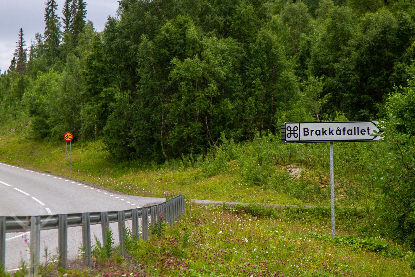 Skyltning till Brakkåfallet längs Vildmarksvägen