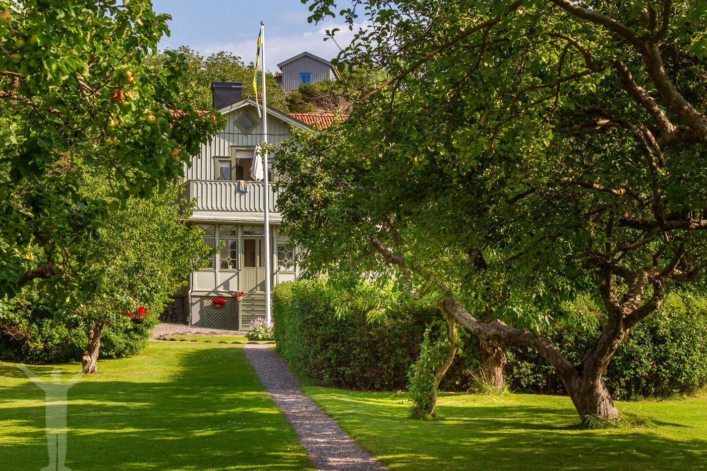 Vacker trädgård på klassiska Brännö