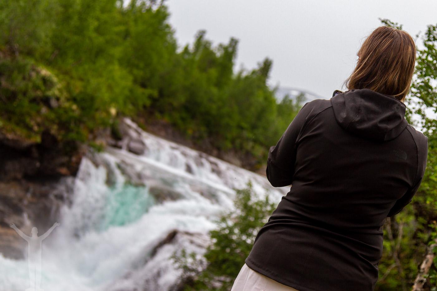 Maria fotograferar vattenfallet