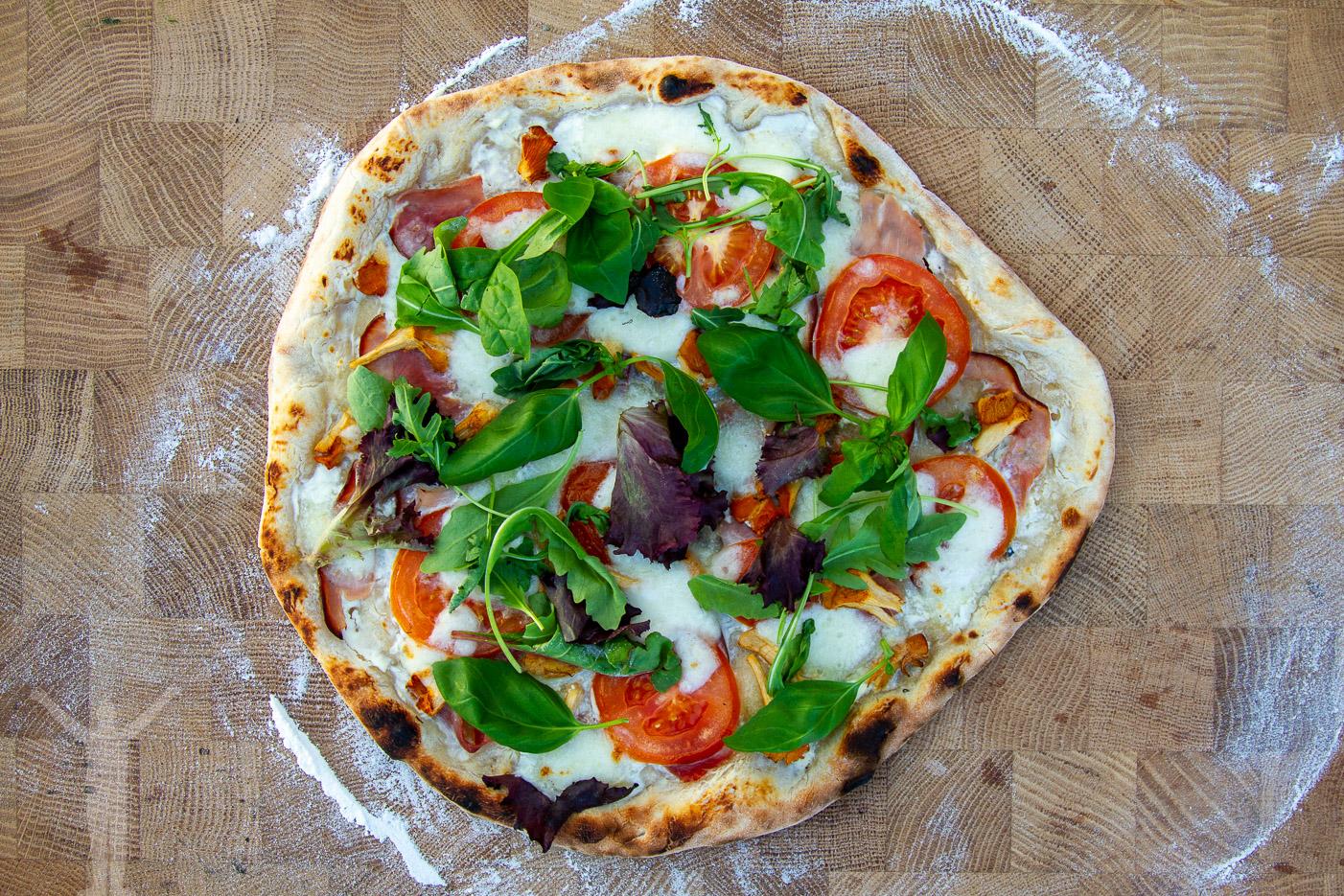 Hemmagjord pizza i uteköket