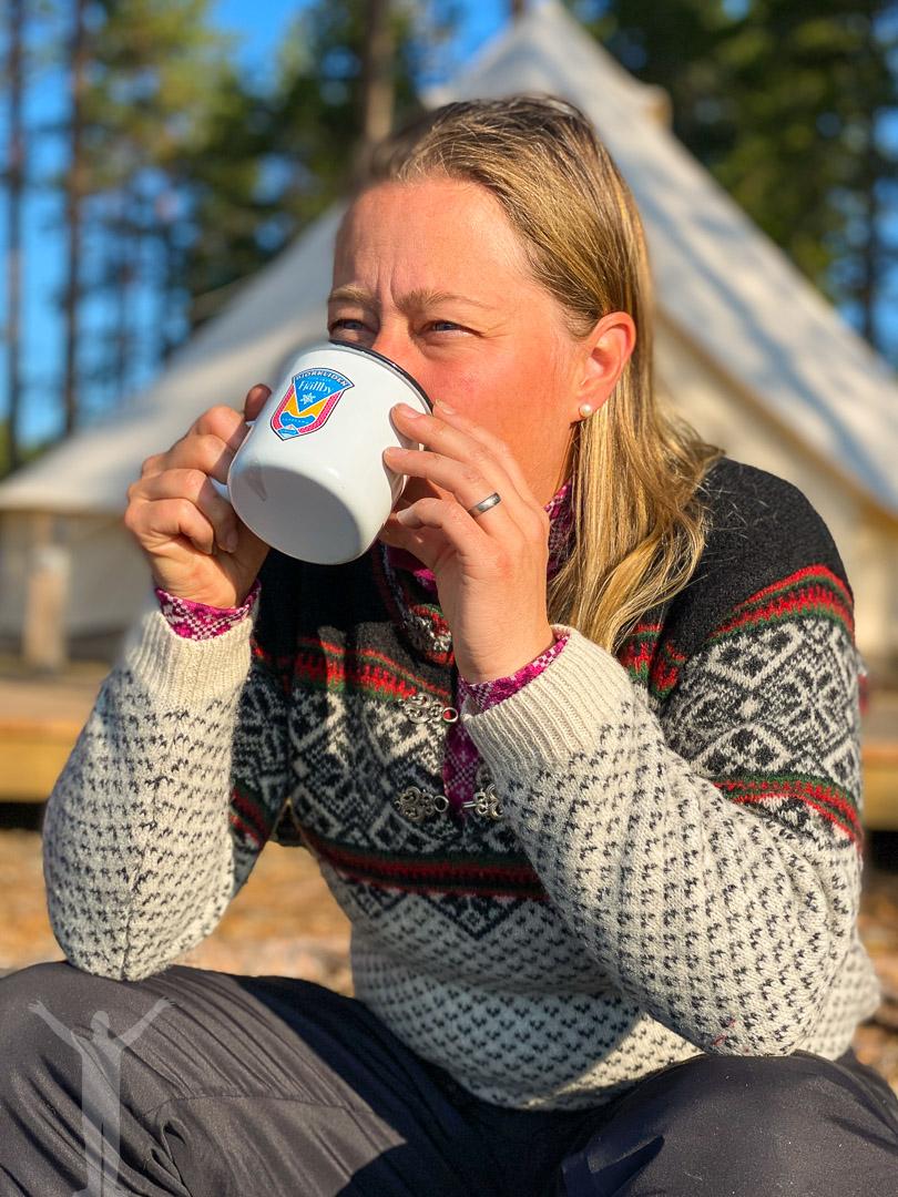 Maria dricker morgonkaffet med sjöutsikt
