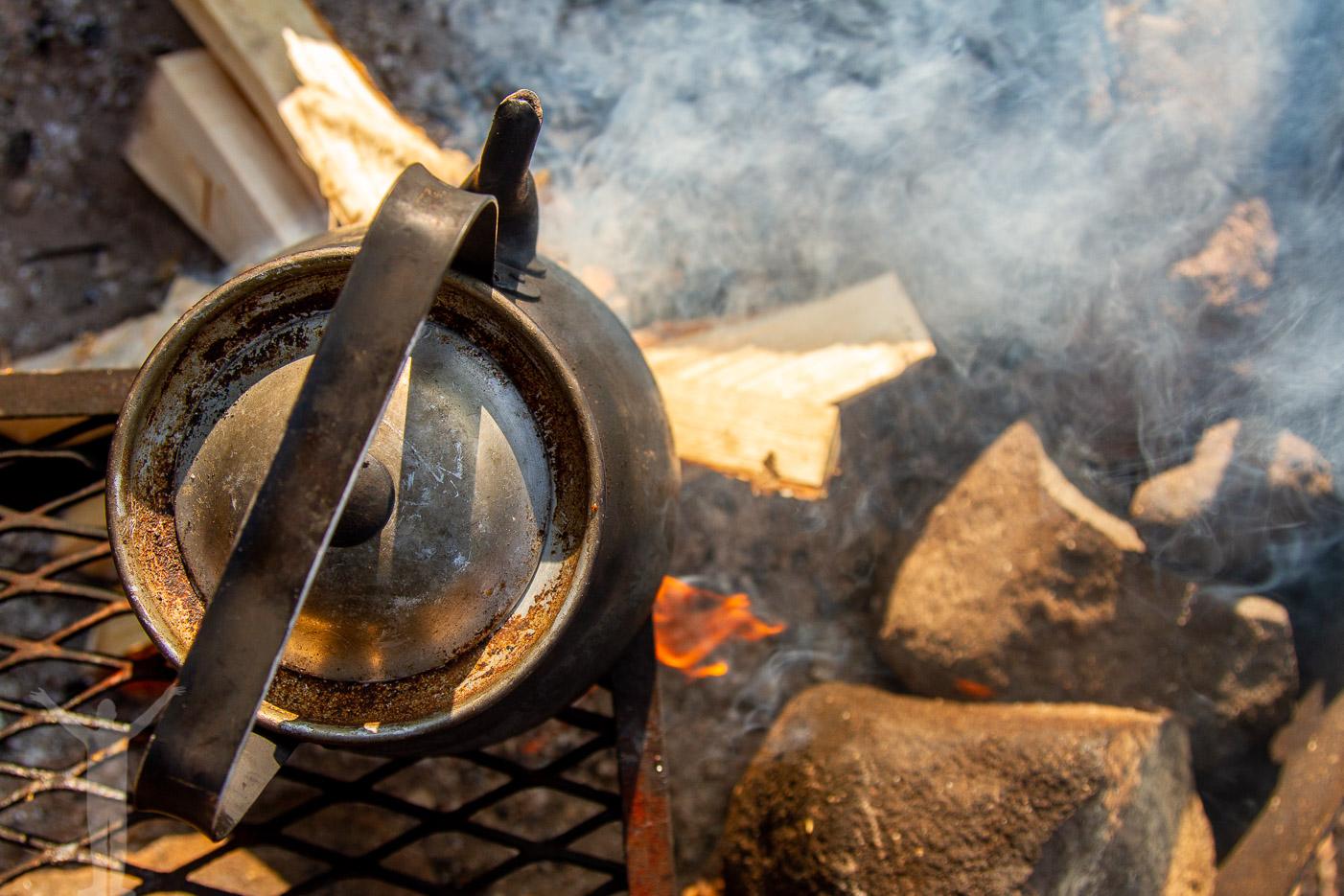 Kokande kaffe över öppen eld