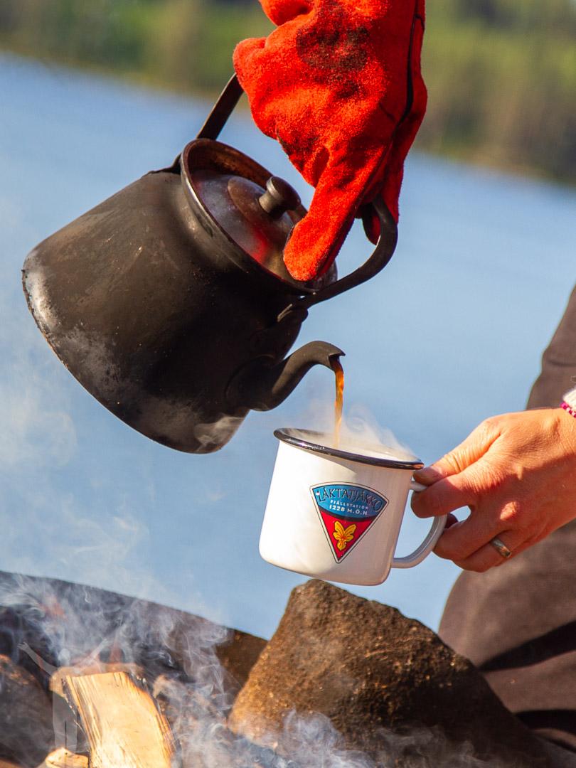 Morgonkaffe över elden