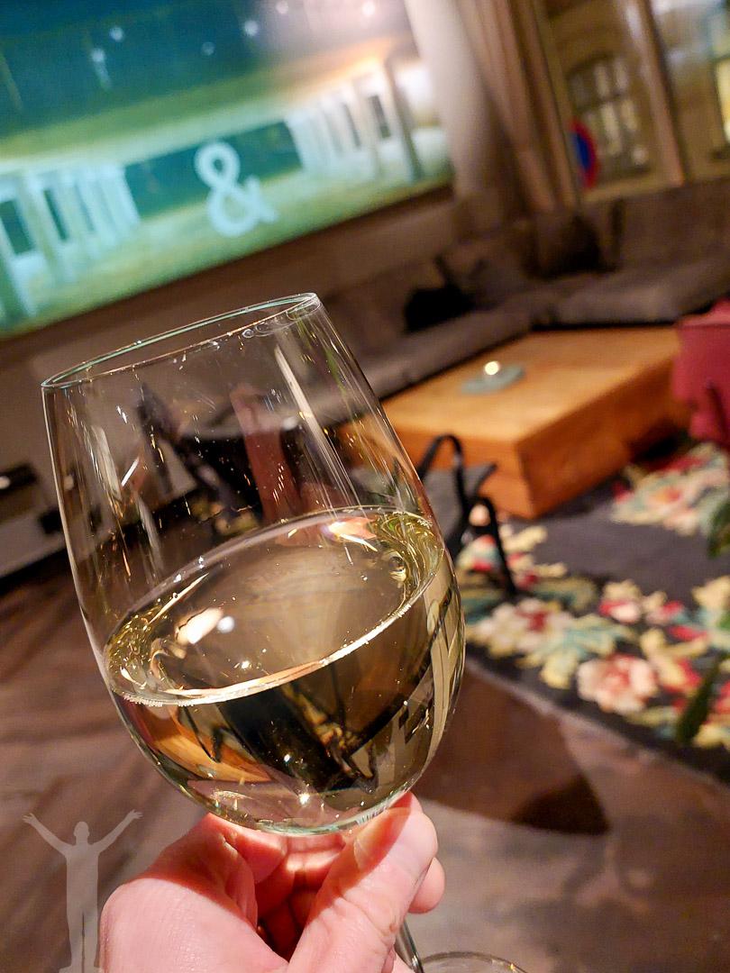 Ett glas vin i vardagsrummet på &hotel