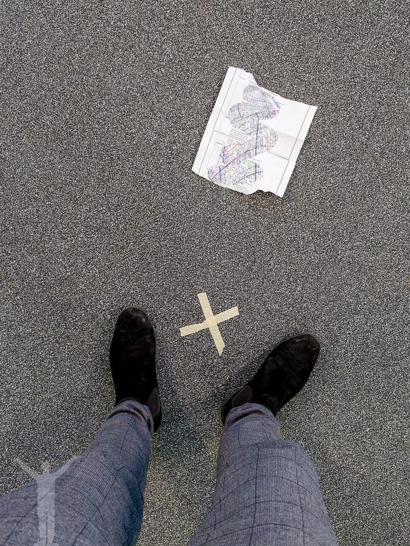 Manuslapp på golvet